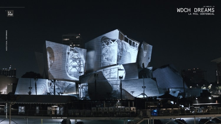 Walt Disney Concert hallの外観に投影されたライブプロジェクション(Refik Anadol studio提供)
