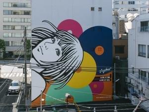 東京ビエンナーレ2020/2021|アーティストHogaleeによる地域をつなぐアートウォール「Landmark Art Girl」