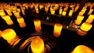 チームラボ、岡山の旧醤油蔵でお茶と水面を浮遊するランプが共鳴する新作を発表。4月15日オープン。