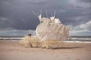山梨県立美術館で「テオ・ヤンセン展」が2021年4月24日より開催