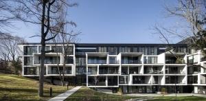 モントリオールの集合住宅「メゾン・ウトルモン」-インパクトのあるデザインが緑豊かな景観に調和
