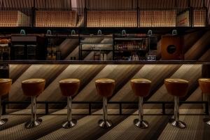 モントリオールにモダンレトロなデザインのレストランがデザイン事務所アトリエ・ゼビュロン・ペロンにより完成