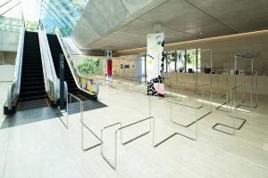 ポーラ美術館が新進気鋭の建築家 津川恵理による「Spectra-Pass」を導入-新たな美術館のロビー空間