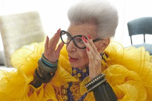 H&Mが、ファッションアイコンのアイリス・アプフェル生誕100周年を記念したコラボコレクションを発表
