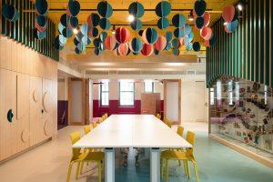 ポワンタカリエールの改装でカラフルなエデュケーションルーム - ラ・カマラデリ×インスケイプ・ル・ステュディオ