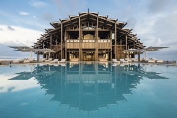 ADFWebMagazine-View of the Retreat as seen from the infinity pool Kudadoo Maldives Private Island ©DiegoDePol
